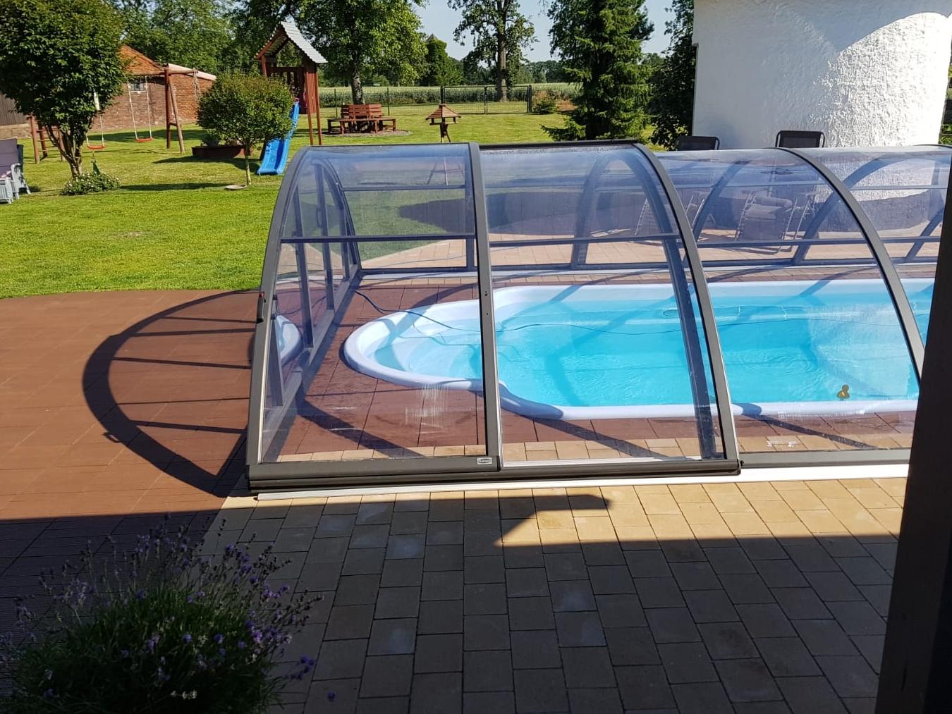 czarne zadaszenie na basen, vivapool, budowa basenów